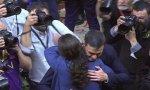 Abrazo entre Pedro Sánchez y Pablo Iglesias.