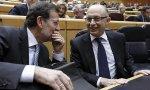 Rajoy y Montoro, en el Senado, donde los Presupuestos no lo tendrán fácil... y podrían volver al Congreso.