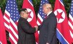 Kim Jong-un y Donald Trump se dan la mano en este encuentro histórico