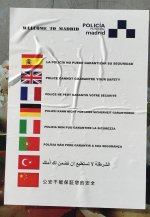 Cartel de la Policía Municipal de Madrid en una parada de autobús.