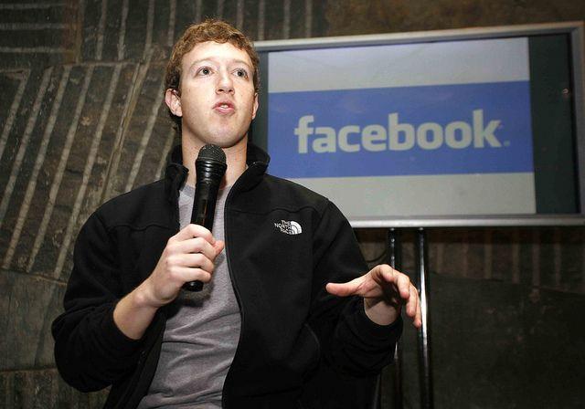 Zuckerberg, el hombre que posee más información sobre nuestra privacidad y ahora va a rentabilizarla