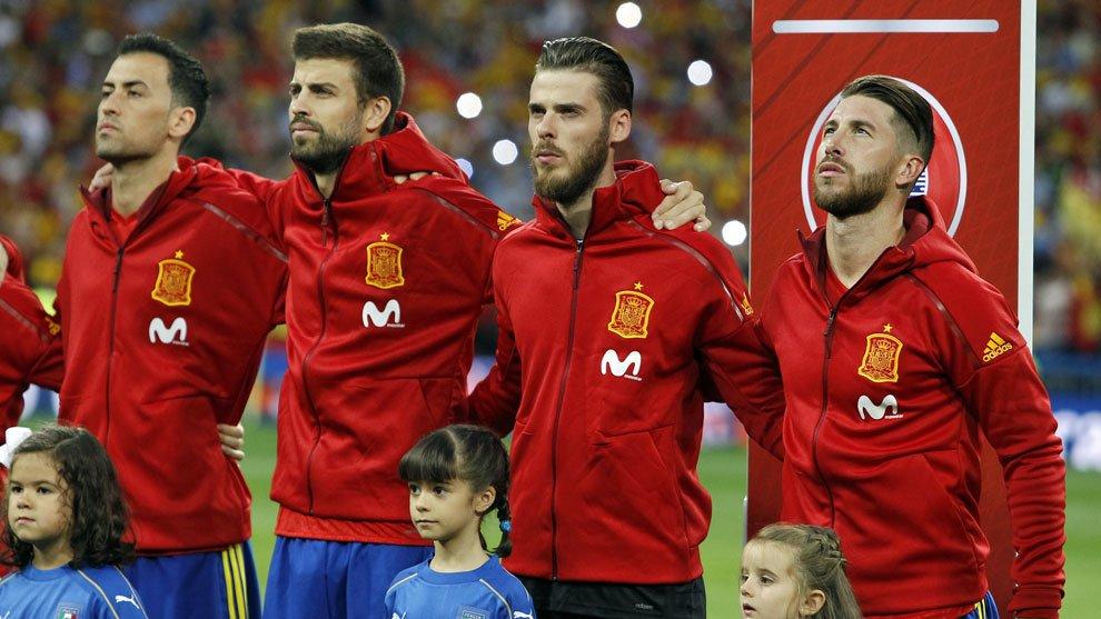 Algunos jugadores de la Selección española de fútbol mientras suena nuestro himno.