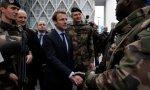 Emmanuel Macron saluda a los militares.