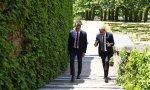 Sánchez y Torra paseando por los jardines de La Moncloa