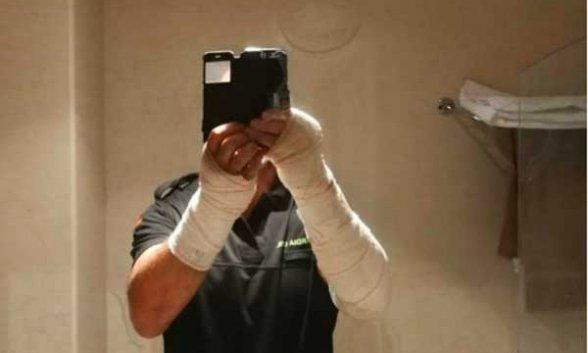 """Un guardia civil ha publicado esta foto en Facebook tras lo ocurrido ayer en Ceuta, comenta: """"Gracias a Dios, el casco y la pantalla (la cual me han roto) ha parado la mayor parte de la cal"""""""