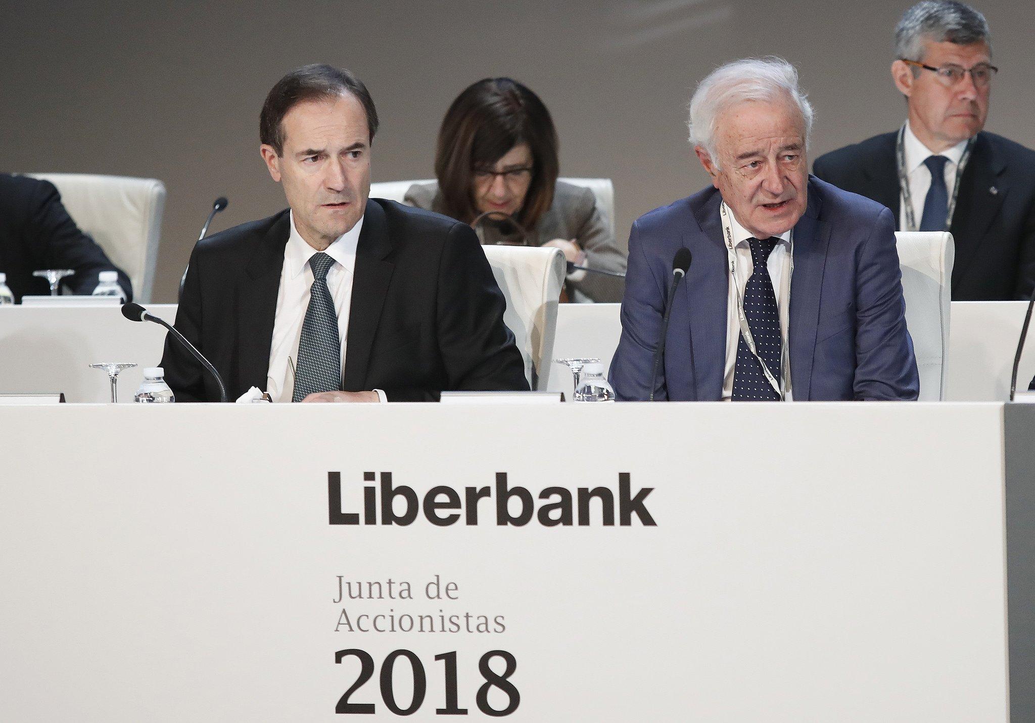 Manuel Menéndez (izda), consejero delegado de Liberbank