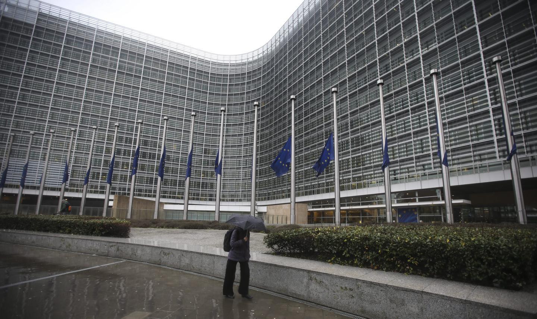 Banderas a media asta en la sede de la Comisión Europea