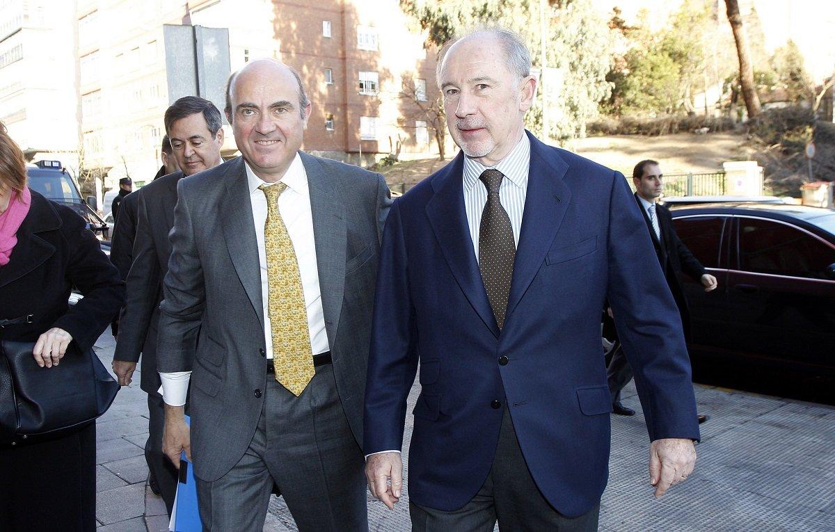 Guindos junto a Rato, quien dimitió como presidente de Bankia el 7 de mayo de 2012