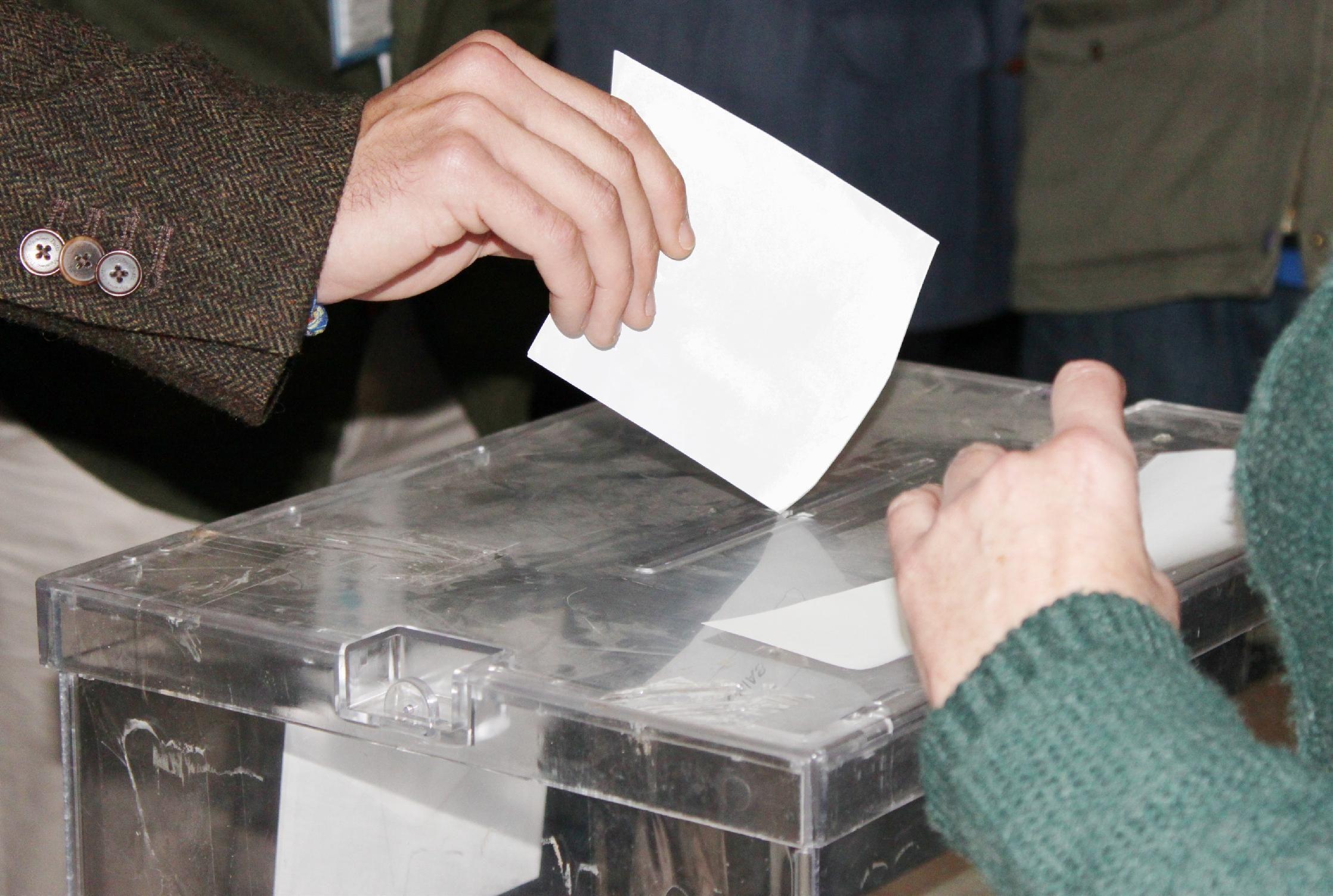 Elecciones autonómicas y municipales. El bipartidismo resistirá con pactos, según las últimas encuestas
