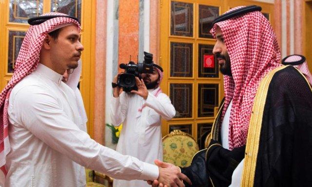 Resultado de imagen para Fotos Bin Salman estrechando la mano del hijo de Khashoggi.