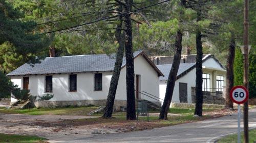 Imagen del salón social y del economato de los poblados del Valle de los Caídos