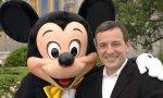 Bob Iger, empresario estadounidense de origen judío que dirige Walt Disney desde 2005, junto a Mickey Mouse
