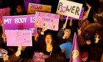 """Pancartas en una manifestación feminista: """"Poder"""", """"No quiero una rosa, quiero una revolución"""""""
