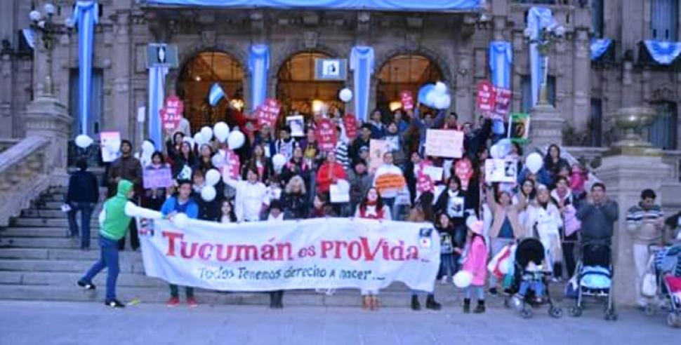 Tucumán es proVida se puede leer en el cartel de esta manifestación