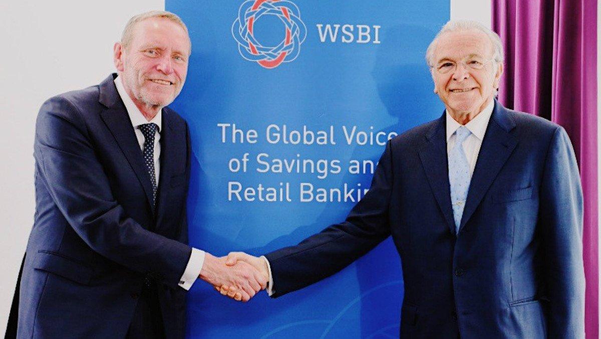 Isidro Fainé (derecha) sustituye al alemán Heinrich Haasis al frente del WSBI, hasta 2021