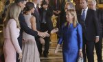 Doña Letizia es reina consorte, doña Begoña es presidenta consorte: discreción, señoras.