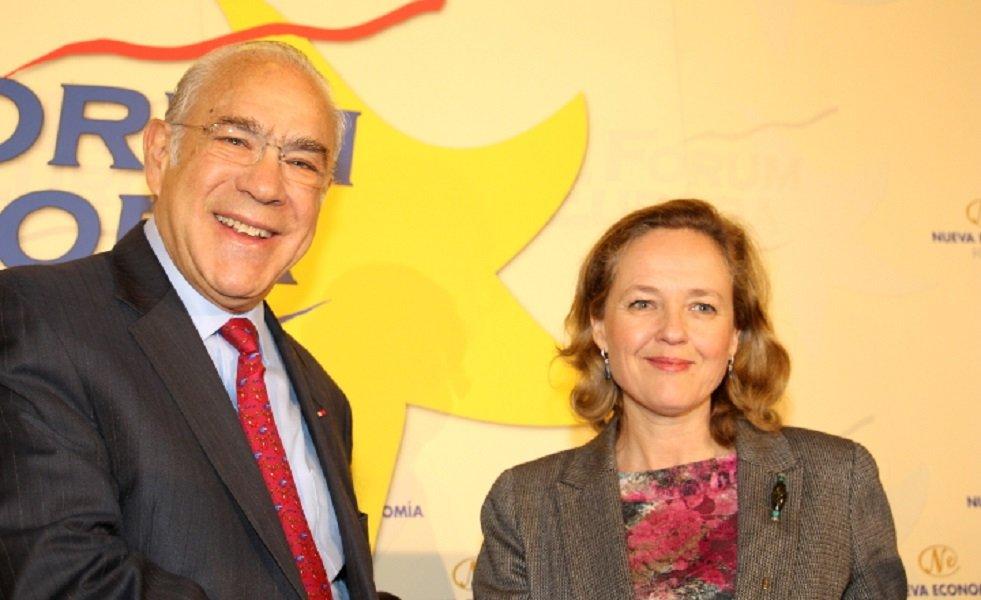 Ángel Gurría (OCDE) y la ministra de Economía, Nadia Calviño, que sólo ha podido presentarle porque tenía que ir al Consejo de Ministros