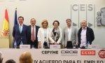 Foto de familia de la firma del IV acuerdo de negociación colectiva: Garamendi, Rosell, Báñez, lValerio, Sordo y Álvarez