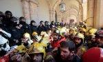 Los mossos de escuadra intentan controlar a los bomberos frente al Parlamento de Cataluña