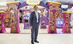 Jacobo Fernández, responsable de compras de Juguetes de El Corte Inglés, delante del stand de Ksi Meritos, que será uno de los juguetes más vendidos esta Navidad