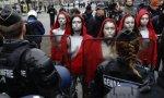 Varias jóvenes se manifiestan ante los antidisturbios eneñando sus domingas... vaya profundidad