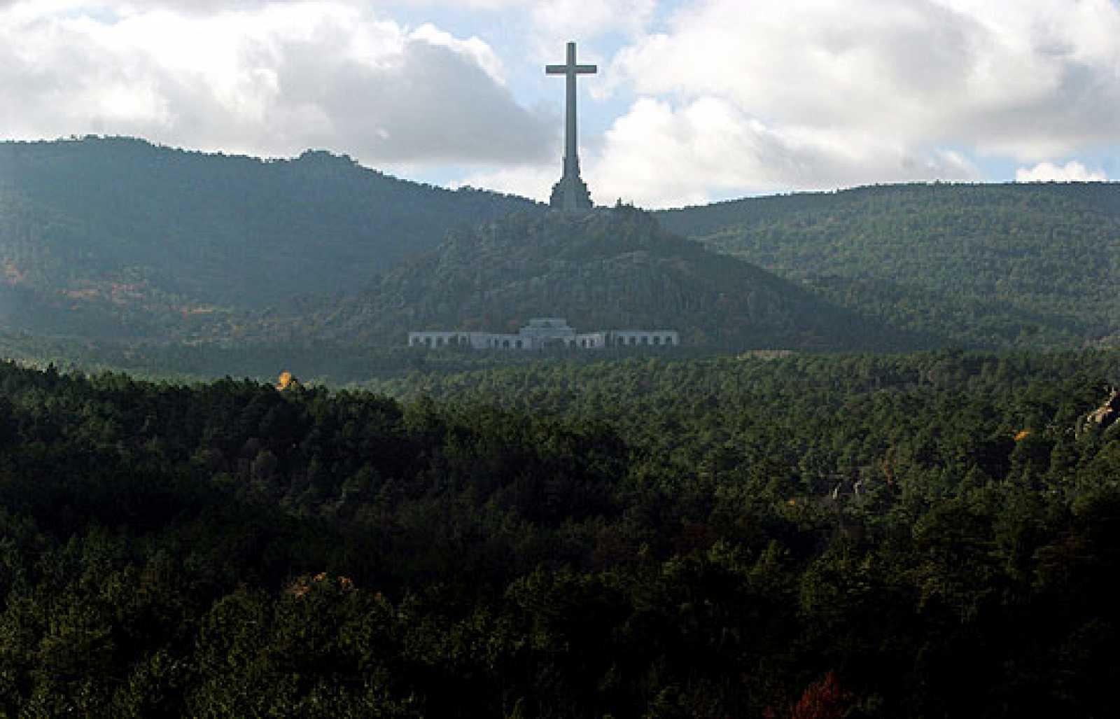 El PSOE de Pedro Sánchez  quiere eliminar la cruz del Valle de los Caídos. Se ve demasiado