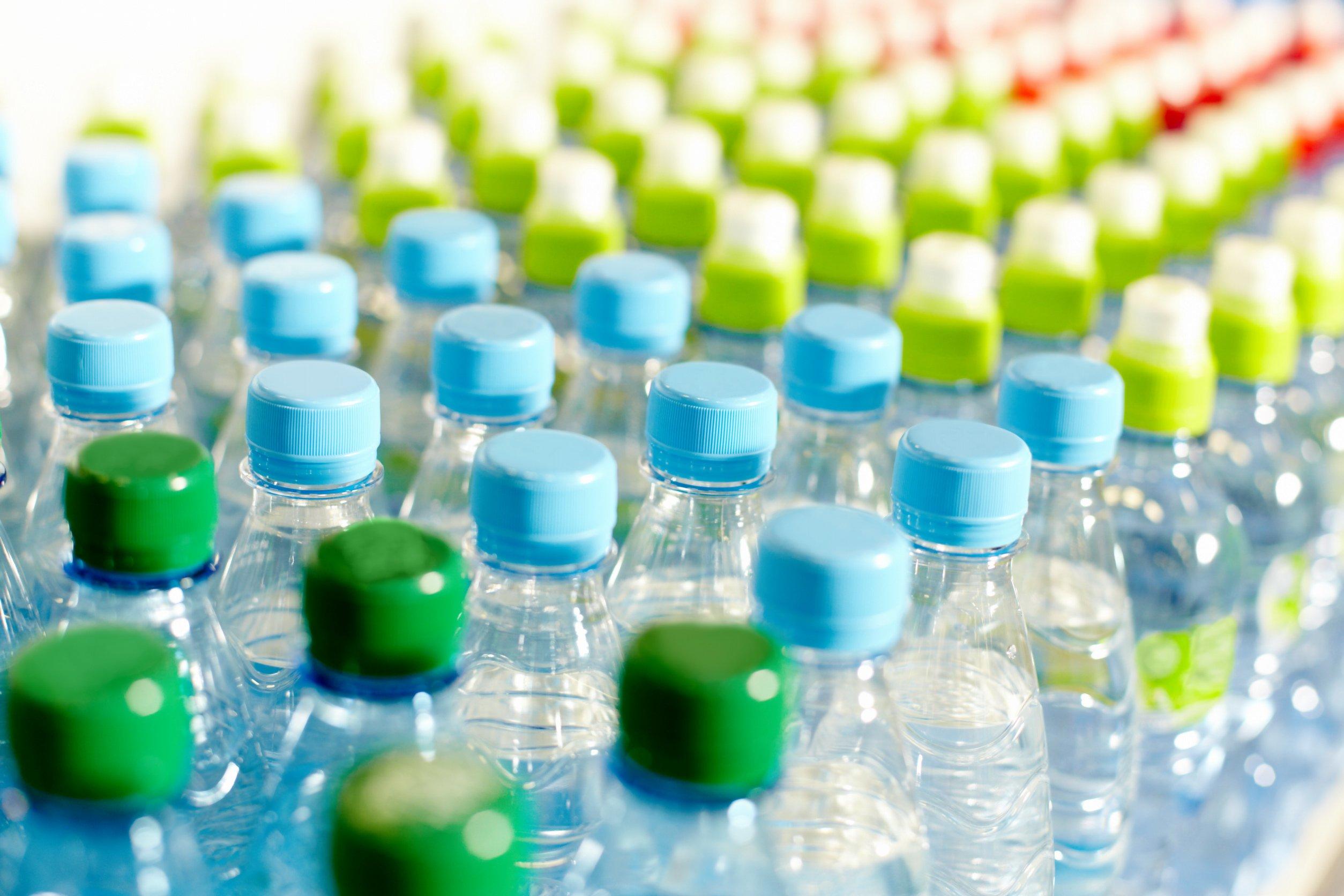 Botellas de plástico. Envasados hasta las cejas