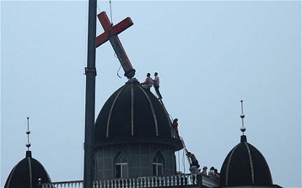Los cristianos chinos se rebelan contra la dictadura comunista y colocan cruces en sus casas
