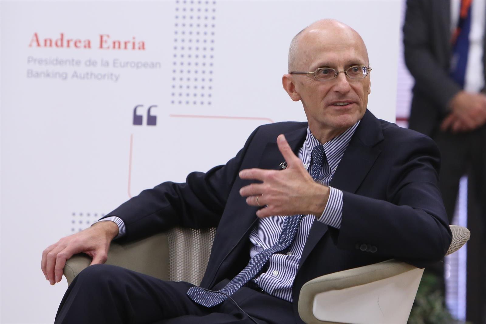 Andrea Enria quiere que haya menos bancos en Europa y anima a las fusiones