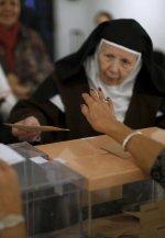Monjas votando en unas elecciones