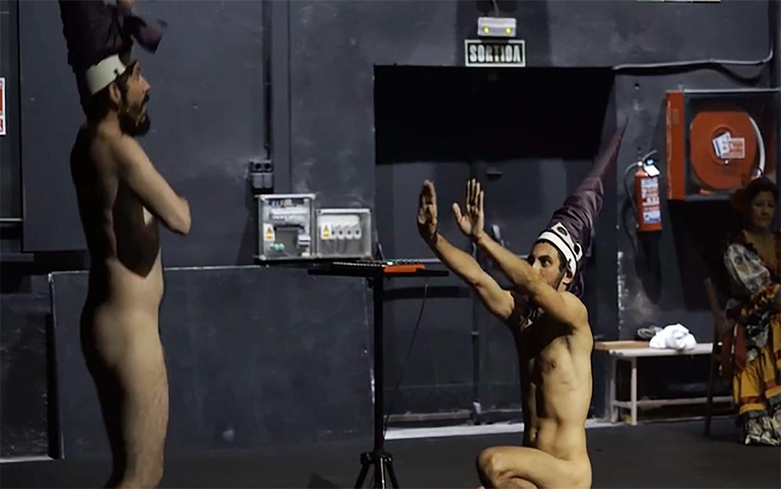Una escena blasfema de 'Dios tiene vagina', donde se ve a dos actores desnudos como si fueran nazarenos