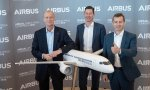 Los alemanes salientes Tom Enders y Harald Wilhelm junto al nuevo CEO, el francés Guillaume Faury