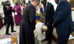 El Papa besa los pies de los líderes de Sudán del Sur