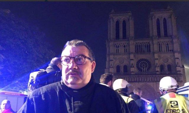 El padre Fournier fue con los bomberos a Notre Dame para salvar la corona de espinas y el Santísimo Sacramento (© @Eloraillere)