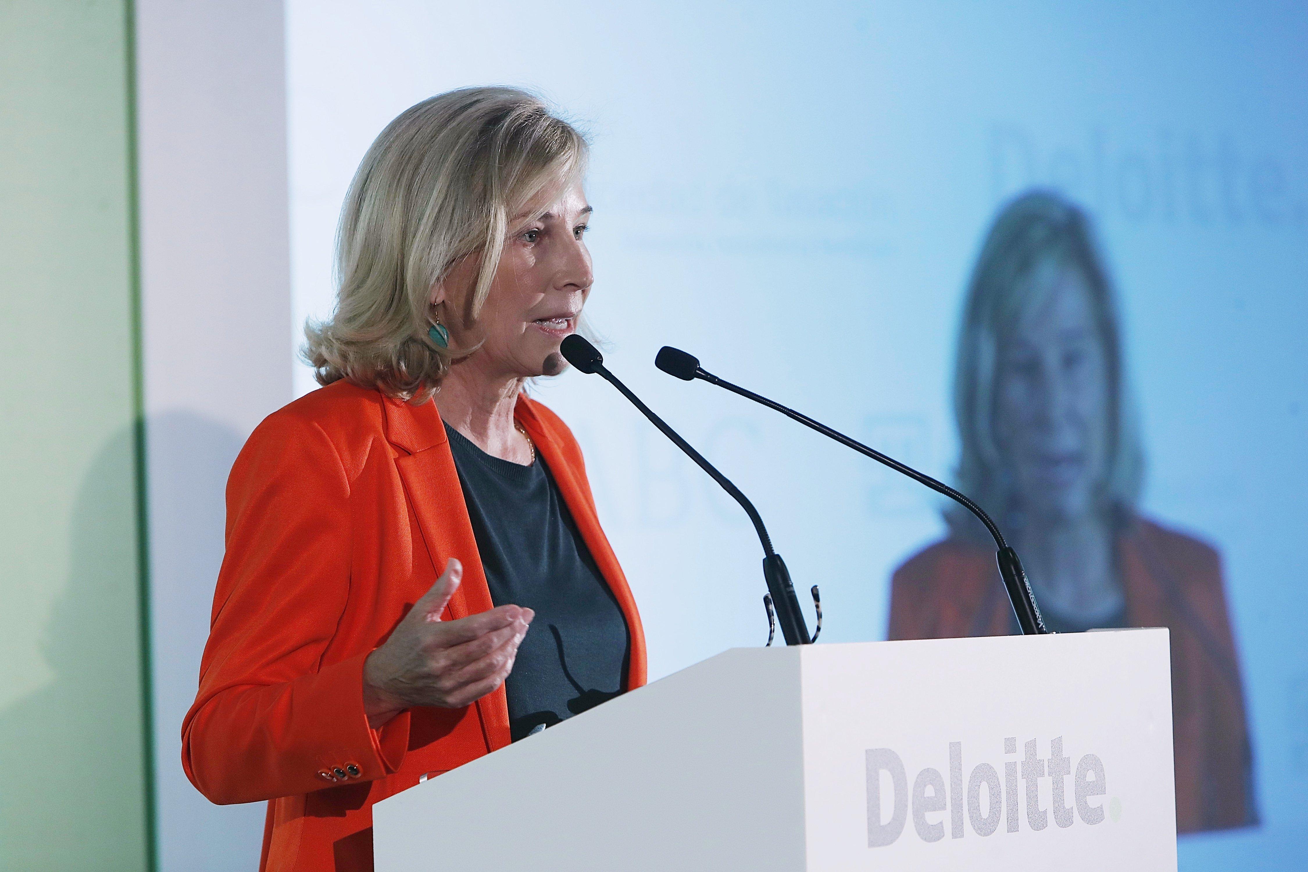 A María Dolores Dancausa le gustaría que la regulación bancaria fuera menor y más barata
