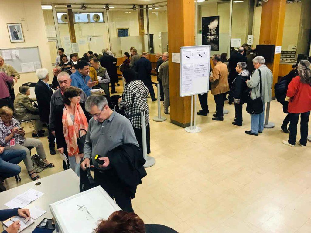 Ciudadanos votando