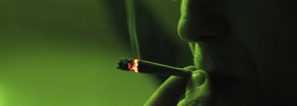 Joven fumando cannabis