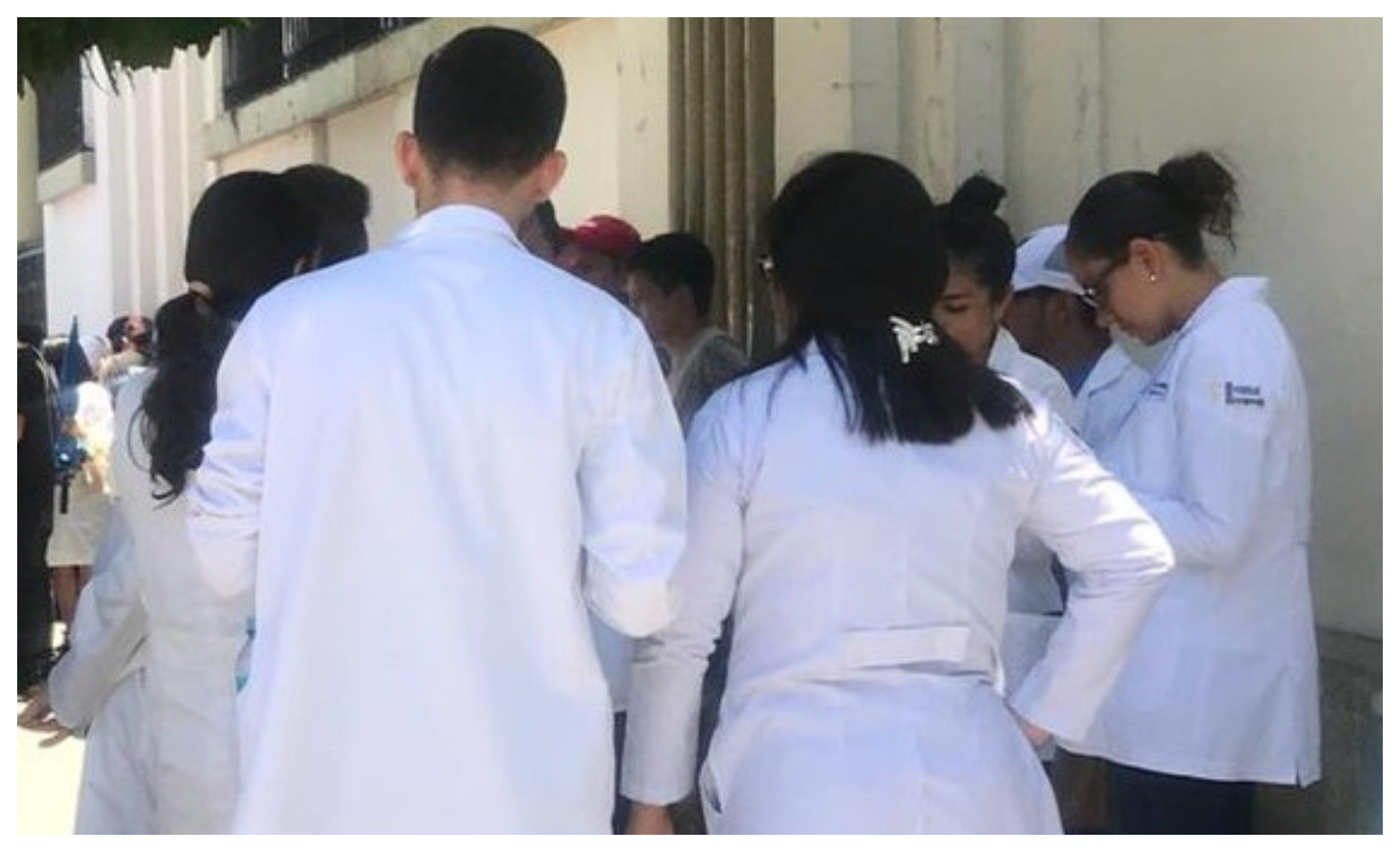 Médicos reunidos