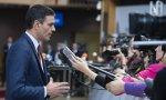El presidente del Gobierno en funciones, Pedro Sánchez, atiende a los medios de comunicación antes de asistir a la cena informal de jefes de Estado y de Gobierno de la Unión Europea