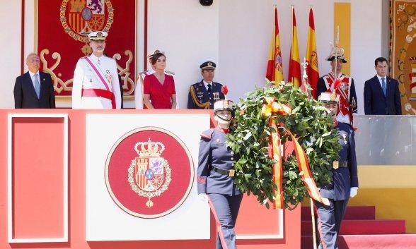 https://www.hispanidad.com/uploads/s1/24/50/02/la-ofrenda-a-los-que-dieron-su-vida-por-espana-se-dirije-a-su-lugar-en-el-acto-homenaje-a-los-caidos_4_588x353.jpeg