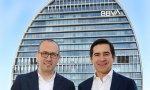 Onur Genç y Carlos Torres con el nuevo uniforme del BBVA: camisa blanca, chaqueta azul... y sin corbata