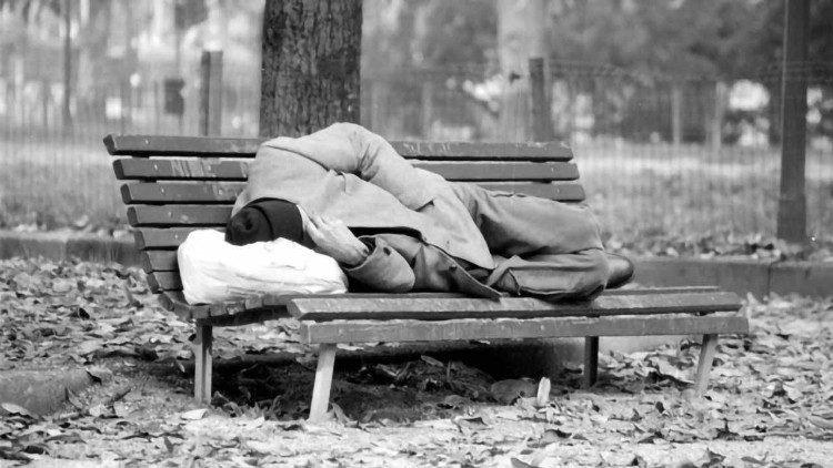 Los pobres son personas y su condición no les quita la dignidad