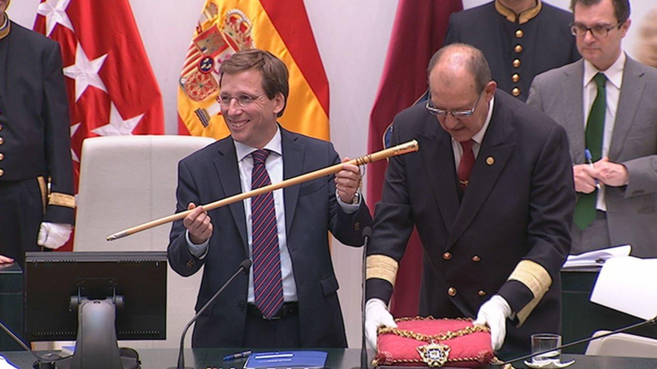 Martínez-Almeida con el bastón de mando del Ayuntamiento de Madrid