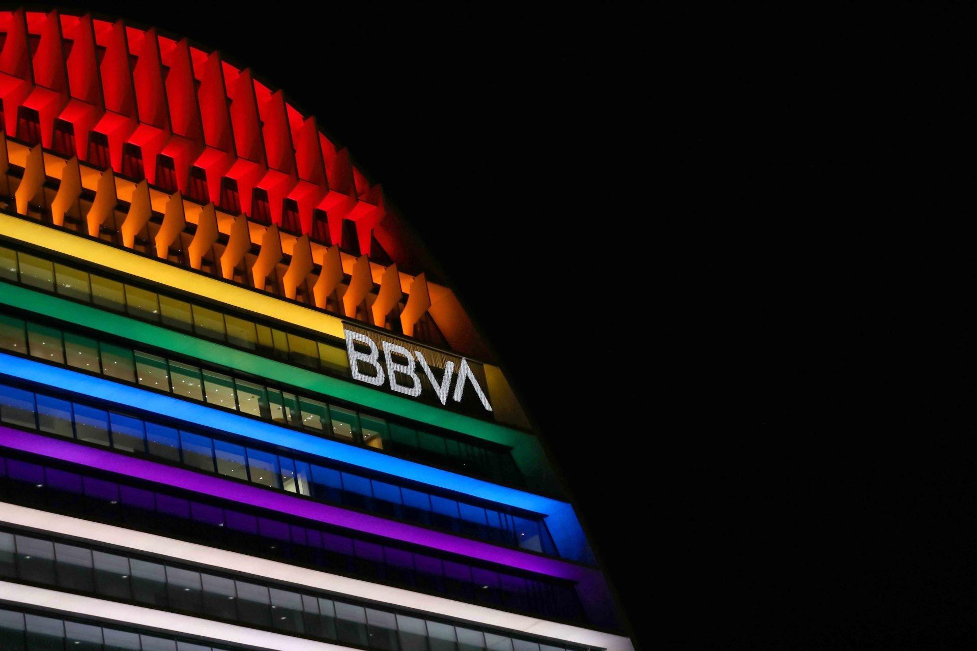 El BBVA iluminó su sede de Las Tablas (Madrid) con los colores LGTBI