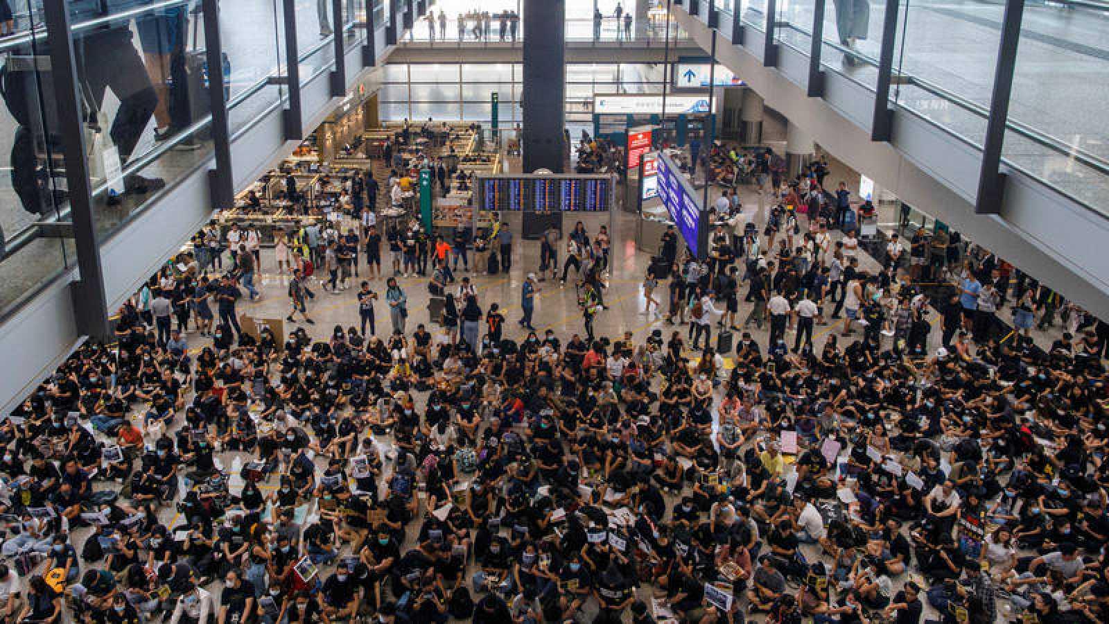 Sentada en aeropuerto de Hong Kong