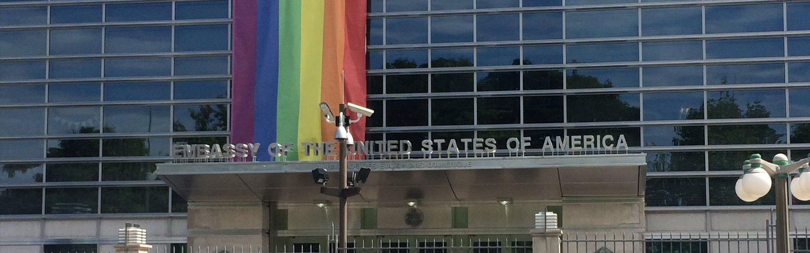La bandera LGTB en una embajada de EEUU