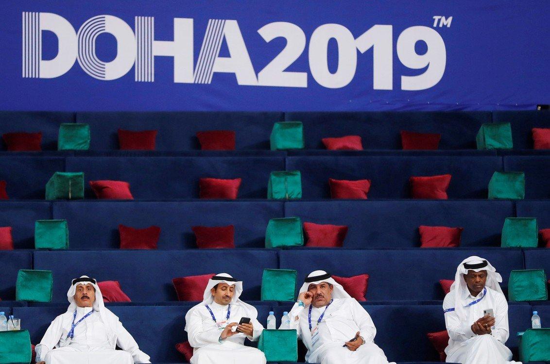 Algunos espectadores durante el mundial de atletismo, muy interesados en la competición