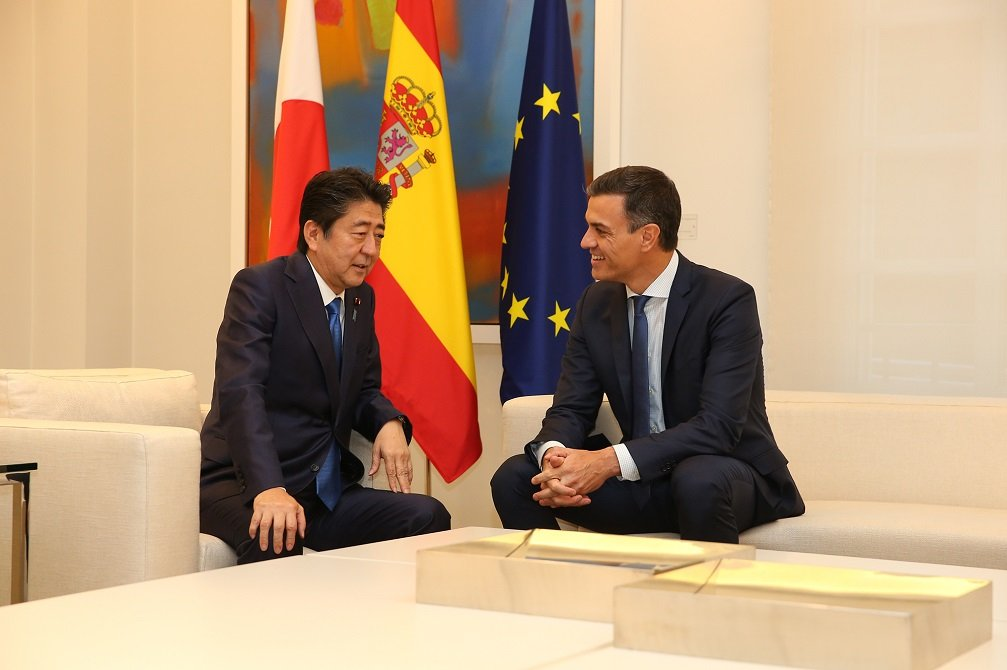 El primer ministro japonés, Shinzo Abe, con su homólogo español (hoy en funciones), Pedro Sánchez