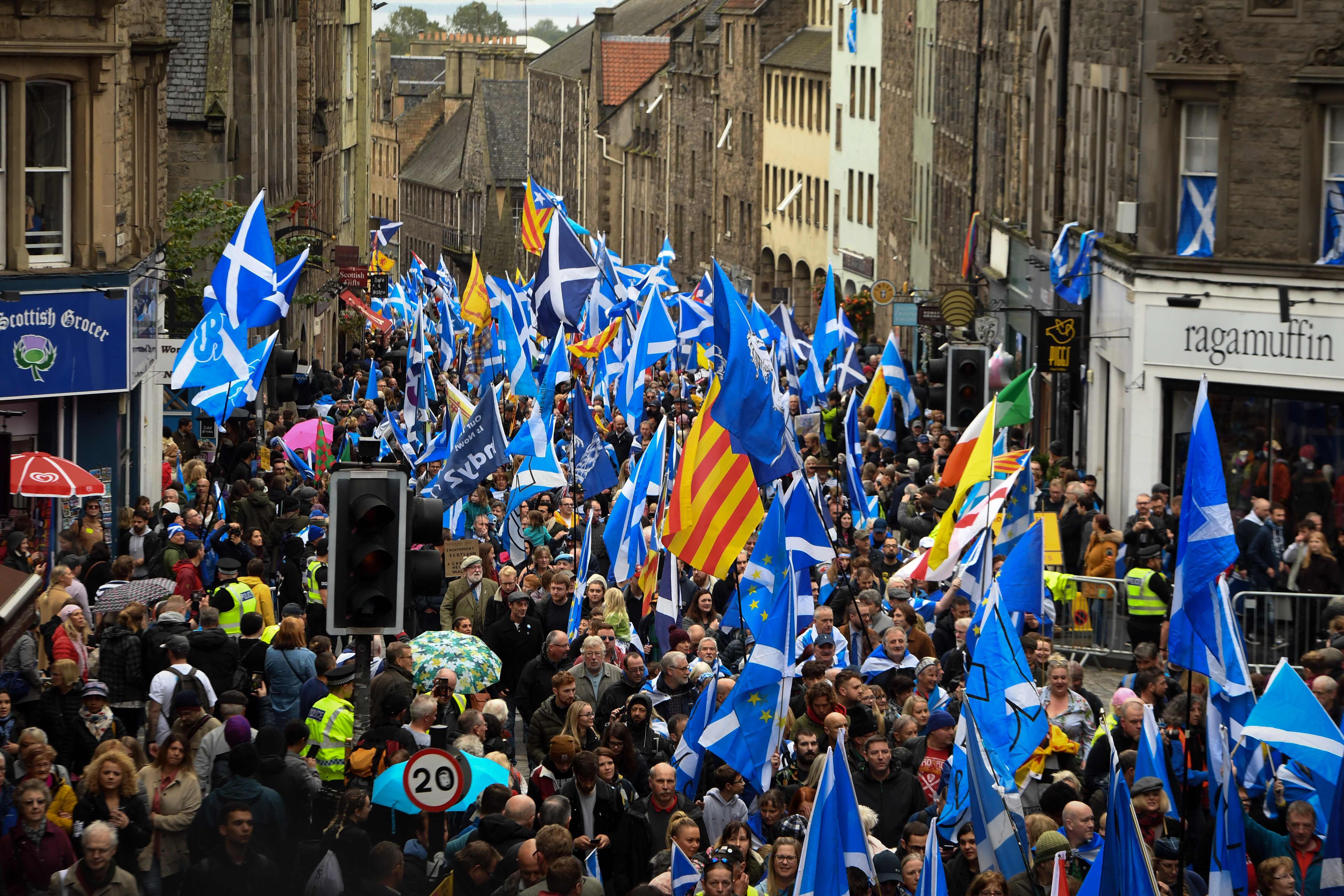 Miles de personas marchan en Edimburgo a favor de la independencia