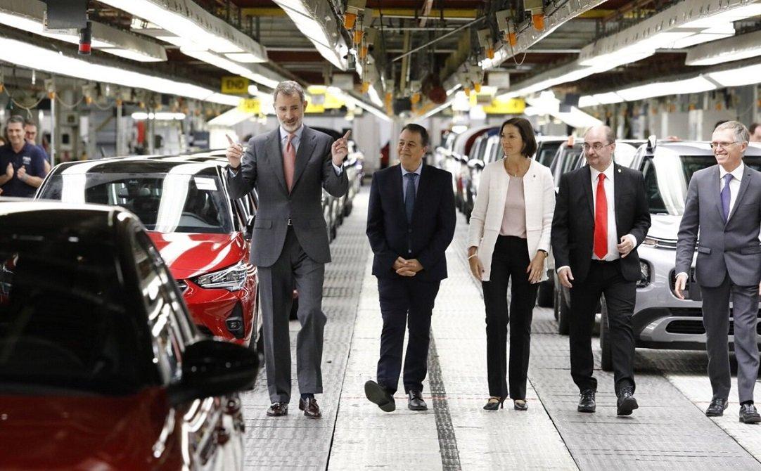 El rey Felipe VI, Juan Antonio Muñoz Codina, la ministra Reyes Maroto, Javier Lambán y Carlos Tavares en la planta de PSA de Figueruelas